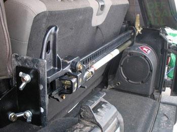 реечный домкрат удобно крепится в автомобиле