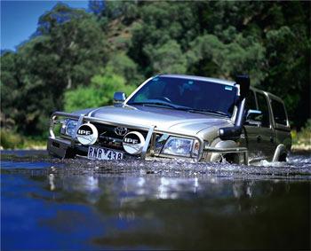 автомобиль со шноркелем едет по воде